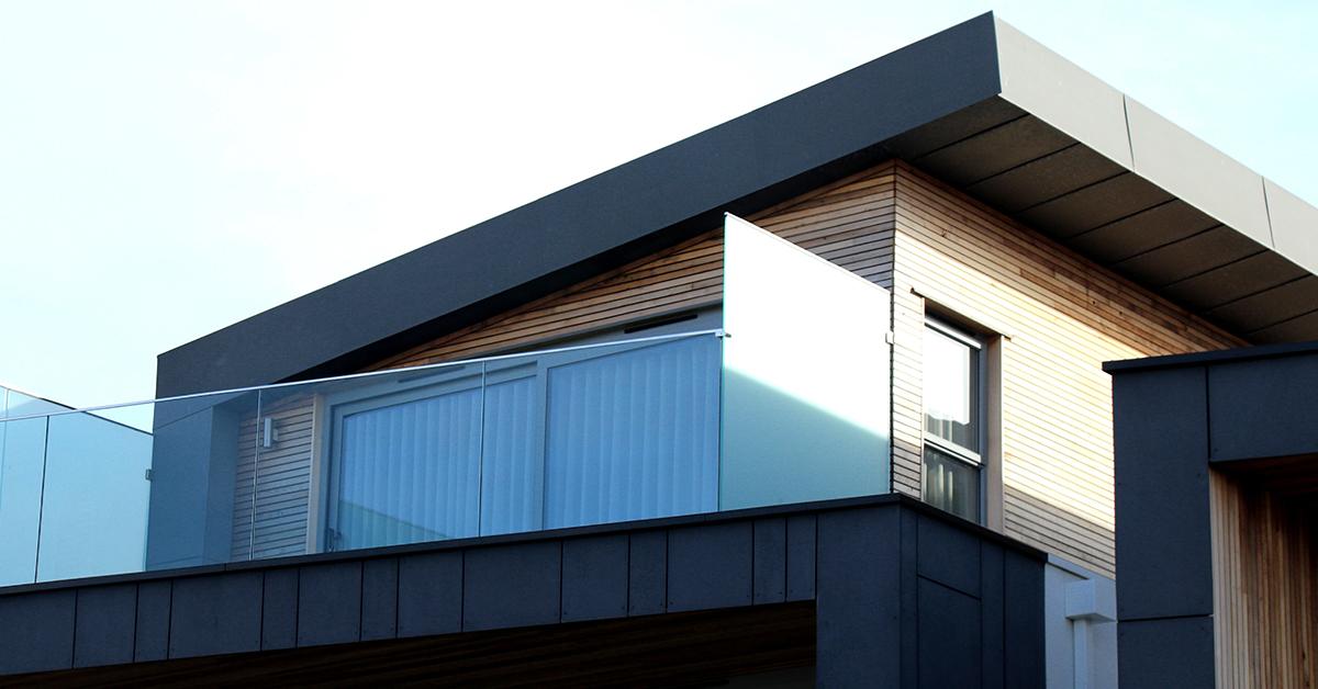 cierno dreveny nizkoenergeticky drevodom s presklenou terasou